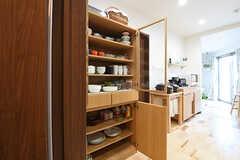キッチンの対面には食器棚が設置されています。(2016-06-03,共用部,KITCHEN,1F)