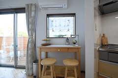 窓辺には二人がけのテーブルが設置されています。左手の掃き出し窓からテラスへ出ることができます。(2016-06-03,共用部,OTHER,1F)