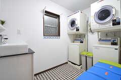 ランドリールームには洗濯機が2台、乾燥機が2台設置されています。(2016-06-03,共用部,LAUNDRY,1F)