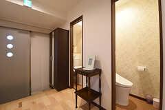 玄関脇にウォシュレット付きトイレが2室並んでいます。(2016-06-03,共用部,TOILET,1F)