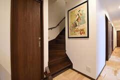 階段脇のポスターは1920年代のアメリカのものです。ロサンジェルス近郊のパサデナで開催される世界最大規模の「ローズボールの蚤の市」で事業者さんが買い付けたのだそう。    (2016-06-03,共用部,OTHER,1F)