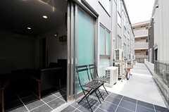 外からもエントランスロビーに入れます。建物沿いが自転車置場になっています。(2011-05-13,共用部,OTHER,1F)