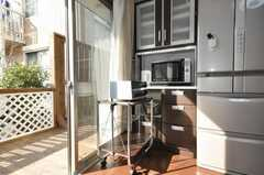 キッチン家電の様子。窓からはウッドデッキに出られます。(2009-01-20,共用部,OTHER,1F)