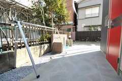 玄関前にはスタンドを持たないロードバイクを一時的に停められるスタンドがあります。(2009-01-20,共用部,GARAGE,1F)