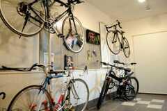 土間に置かれた入居さんの自転車。(2010-04-02,共用部,LIVINGROOM,1F)