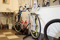 土間に置かれた入居さんの自転車2。(2010-04-02,共用部,LIVINGROOM,1F)