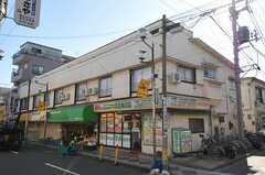 シェアハウスの外観。1Fは店舗になっていて、シェアハウスの正面玄関は裏手にあります。(2011-11-17,共用部,OUTLOOK,1F)