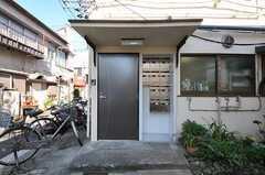 シェアハウスの正面玄関。ドア脇には部屋ごとにポストが用意されています。(2011-11-17,周辺環境,ENTRANCE,1F)