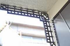 可愛らしいデザインの屋根を支えるアーム。(2011-11-17,周辺環境,ENTRANCE,1F)