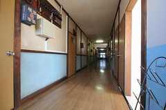 階段を上がると目の前に廊下があります。廊下の中ほどから右手を見るとリビングがあります。(2011-11-17,共用部,OTHER,2F)