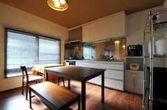 ダイニングテーブルの様子。リビング側にはベンチが置かれ、キッチン側には椅子はありません。(2011-11-17,共用部,LIVINGROOM,2F)