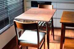 窓側のテーブルの天板は折りたたみ式でサイズが変えられます。(2011-11-17,共用部,OTHER,2F)