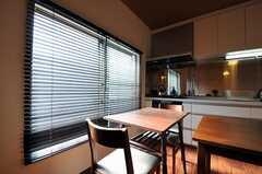 窓には木製ブラインドが掛けられています。(2011-11-17,共用部,OTHER,2F)