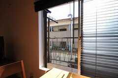窓の外には共用のベランダがあり、布団も干すことができます。(2011-11-17,共用部,OTHER,2F)