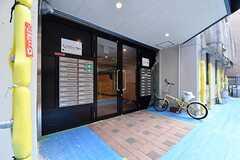 玄関の様子。玄関ドアの両脇に専有部ごとにポストが設置されています。(2017-06-08,周辺環境,ENTRANCE,1F)