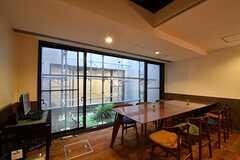 ダイニングテーブルの様子2。掃き出し窓の先はウッドデッキテラスを設置予定とのこと。(2017-06-08,共用部,LIVINGROOM,-1F)