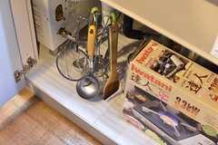 シンクの下は共用の調理器具やコンロが収納されています。(2017-06-08,共用部,KITCHEN,-1F)