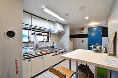 キッチンの様子。キッチンにはテーブルとチェアが用意されています。(2017-06-08,共用部,KITCHEN,2F)