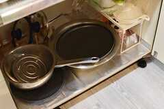 IHクッキングヒーターの下は共用の鍋が収納されています。(2017-06-08,共用部,KITCHEN,2F)