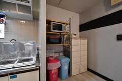 キッチンの脇には収納棚と専有部ごとの収納が用意されています。収納棚にはキッチン家電が置かれています。(2017-06-08,共用部,KITCHEN,2F)