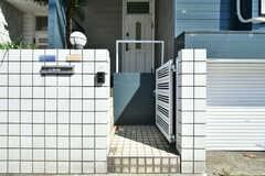 門扉の先はシェアハウスの玄関です。(2018-05-22,周辺環境,ENTRANCE,1F)