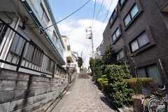 家の前には見晴らしのよい坂道があります。(2010-03-26,共用部,ENVIRONMENT,1F)