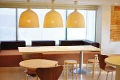 特徴的なランプシェードが並んでいます。(2012-03-27,共用部,LIVINGROOM,1F)
