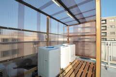 洗濯機は3台用意され、雨が当たらないよう屋根が付いています。(2012-03-27,共用部,LAUNDRY,4F)