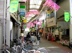 京浜急行線雑色駅前の商店街。ここを抜ける。(2007-02-16,共用部,ENVIRONMENT,1F)