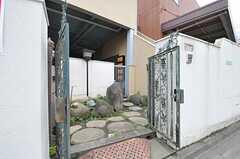 シェアハウスの門扉の様子。(2013-06-17,周辺環境,ENTRANCE,1F)