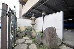 門扉の内側は庭のようになっています。(2013-06-17,周辺環境,ENTRANCE,1F)