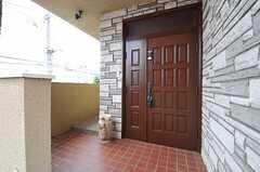 玄関ドアの様子。(2013-06-17,周辺環境,ENTRANCE,2F)
