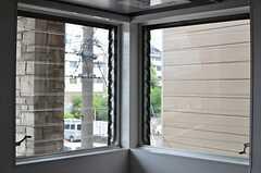 透明度の高いルーバー窓。換気にも便利です。(2013-06-17,共用部,KITCHEN,2F)