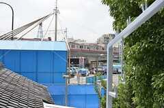 ベランダからは電車がチラリ。(204号室)(2013-06-17,専有部,ROOM,2F)