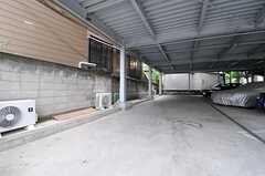 自転車置場の様子。奥側がシェアハウス用のスペースです。(2013-06-17,共用部,GARAGE,1F)