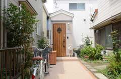 正面玄関の様子。(2013-07-18,周辺環境,ENTRANCE,1F)