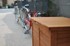 庭には共用の自転車が2台、ゴミステーションがひとつあります。(102号室)(2013-07-18,専有部,ROOM,1F)