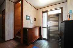 内部から見た玄関周辺の様子。靴箱が向かい合って2つ置かれています。(2013-06-04,周辺環境,ENTRANCE,1F)