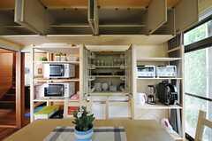 吊り戸棚は部屋ごとに使えるスペースが決まっています。(2013-06-04,共用部,KITCHEN,1F)