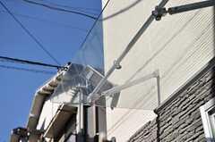 玄関先にはガラスのひさしが設置されています。(2013-01-29,周辺環境,ENTRANCE,1F)