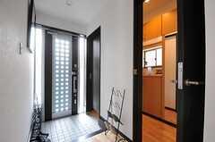 玄関まわりの様子。右手のドアの先はシュークローゼットです。(2013-02-07,周辺環境,ENTRANCE,1F)