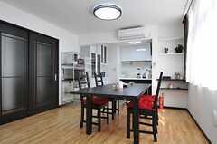 ダイニング・テーブルの様子。奥がキッチンです。(2013-02-07,共用部,LIVINGROOM,1F)