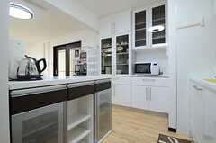 キッチンの様子2。食器棚は大容量。(2013-01-29,共用部,KITCHEN,1F)