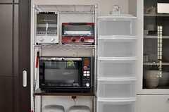 キッチン家電の様子。右手の収納は、部屋ごとに用意された、食材や食器などを保管するスペースです。(2013-01-29,共用部,KITCHEN,1F)