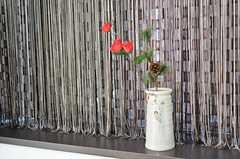 出窓に飾られた骨董の花瓶。カーテンは二重に掛けられ、明かりは通しますが、外からの目隠しとなっています。(2013-02-07,共用部,OTHER,1F)