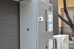 玄関脇には宅配ボックスが設置されています。ポストも用意される予定です。(2013-02-07,周辺環境,ENTRANCE,1F)
