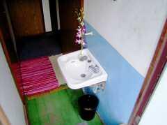 廊下に設置された洗面台。シンク付きの部屋もある。(2006-08-23,共用部,TOILET,2F)
