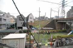 ベランダからは公園や走る列車を臨めます。(203号室)(2012-03-28,共用部,OTHER,2F)