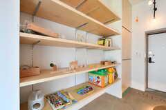 可動式の棚は、入居者さんたちが子どもたちのおもちゃや絵本を提供してくれています。(2018-08-06,共用部,OTHER,1F)