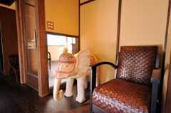 象さんはソファに腰掛けて丁度良い高さでオーダーメイドしたそう。(2009-11-06,共用部,LIVINGROOM,1F)